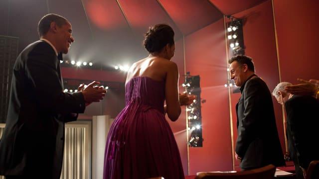 Ex-Präsident Obama und seine Frau applaudieren für Springsteen, der neben ihnen steht