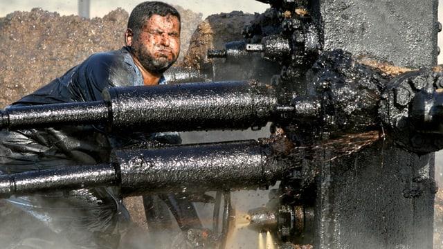 Arbeiter an einer Ölquelle