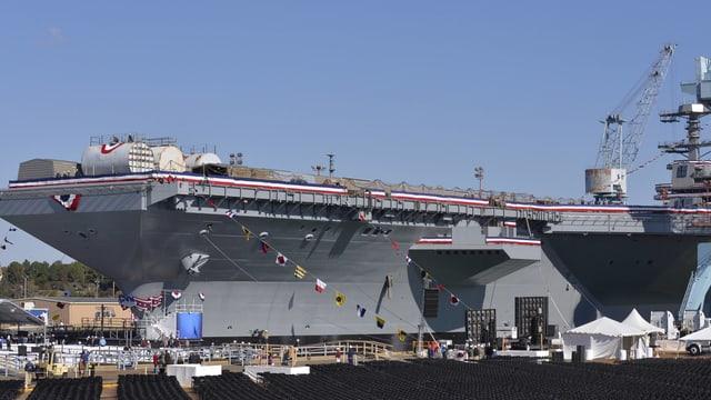 Ein Flugzeugträger der US-Navy steht in einem Hafen.