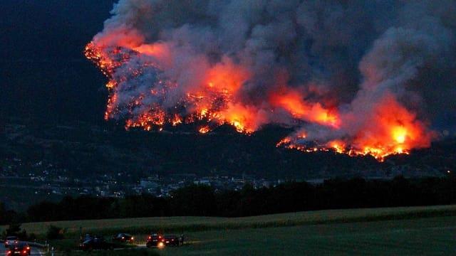 Waldbrand in der Nacht bei Leuk VS