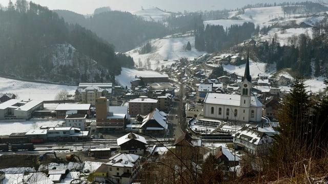 Blick auf das Luzerner Dorf Menznau mit seiner Kirche.