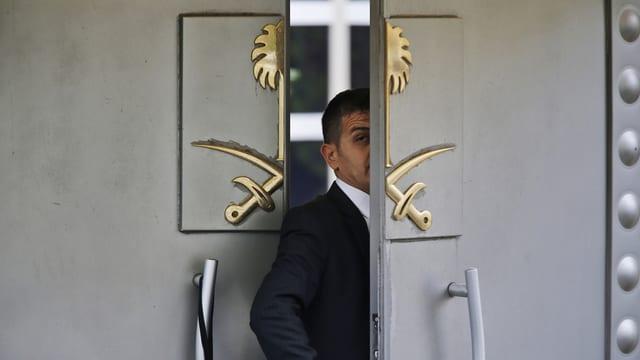 Um tar l'entrada dal consulat arab ad Istanbul.