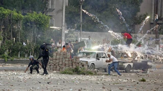 Polizisten und Demonstraten