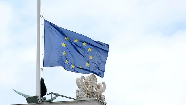 La bandiera da l'UE a mesa asta, fotografada ils 22 da mars 2016 al parlament austriac a Vienna.