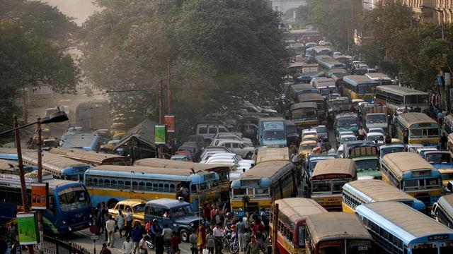 Eine mit Bussen und Autos verstopfte Strasse in Kalkutta.
