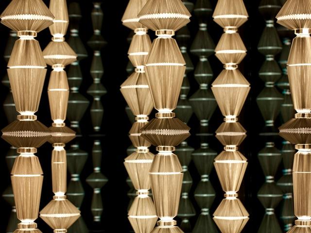 Lampen, die wirken als wären sie aus Strohhalmen gebaut.