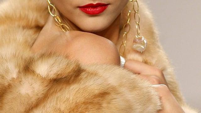 Ein Model posiert mit einem Pelz auf ihrer nackten Haut.