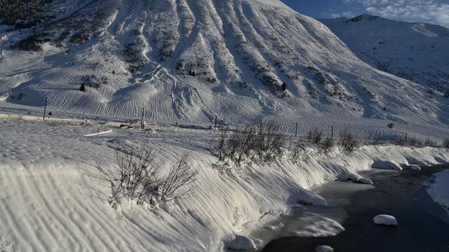 Verschneite Landschaft im Urserental.