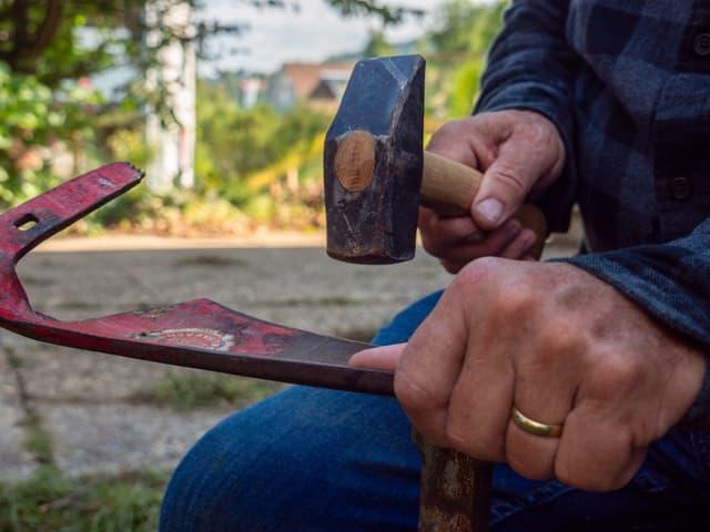 Senseblatt und Hammer