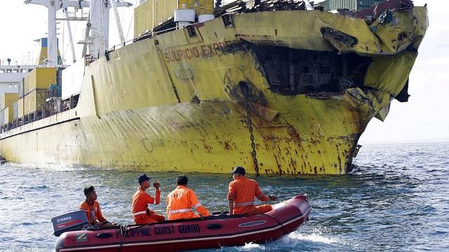 Rettungsboot vor beschädigtem Frachter