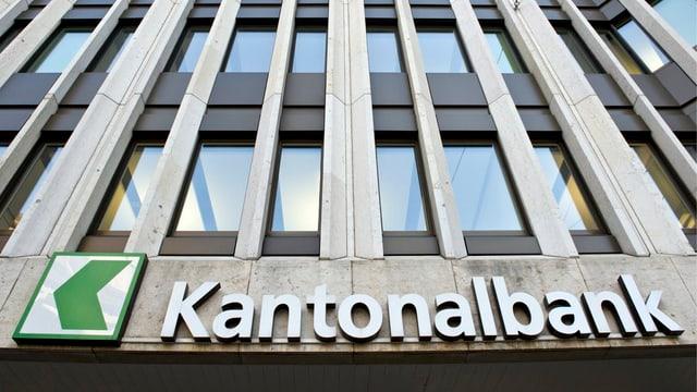 Das Signet der St. Galler Kantonalbank an der Fassade einer Filiale.