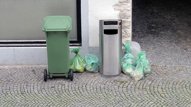 Grüne Abfallsäcke am Strassenrand