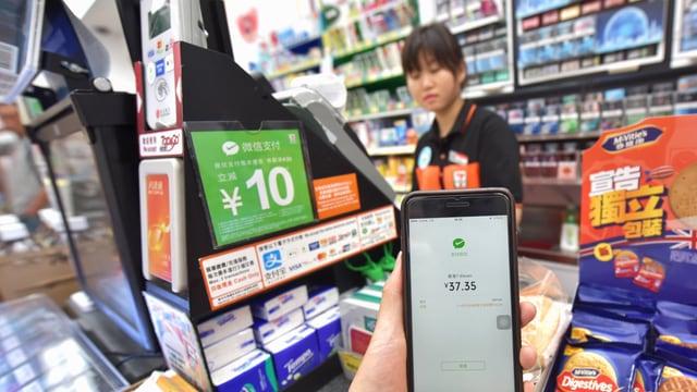Ein Smartphone mit WeChat-App in einem chinesischen Kiosk.