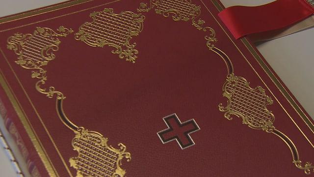 Buchdeckel der Schweizerischen Bundesverfassung von 1848, dunkelroter Einband mit Schweizer Kreuz.