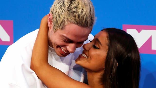 Pete Davidson mit seiner damaligen Verlobten Ariana Grande an den MTV Music Awards 2018.