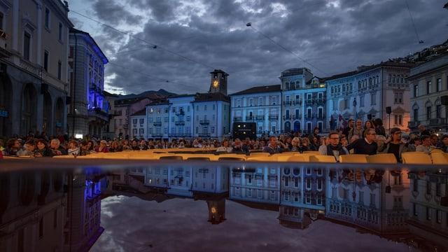 La Piazza Grande a Locarno la saira, cun bler glieud.