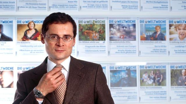 Roger Köppel vor Ausgaben der «Weltwoche».