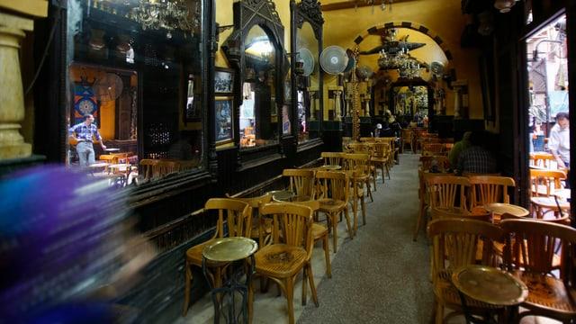 Ein fast leeres Café in Kairo. Die Stühle sind leer.