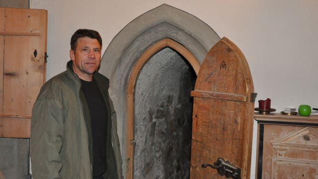 Armin Flütsch avant il tunnel che maina tras ils gross mirs da crap en l'intern dal clutger.