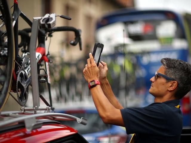 Ein UCI-Vertreter bei einer Kontrolle.