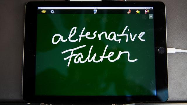 """""""Alternative Fakten"""" auf Ipad geschrieben."""