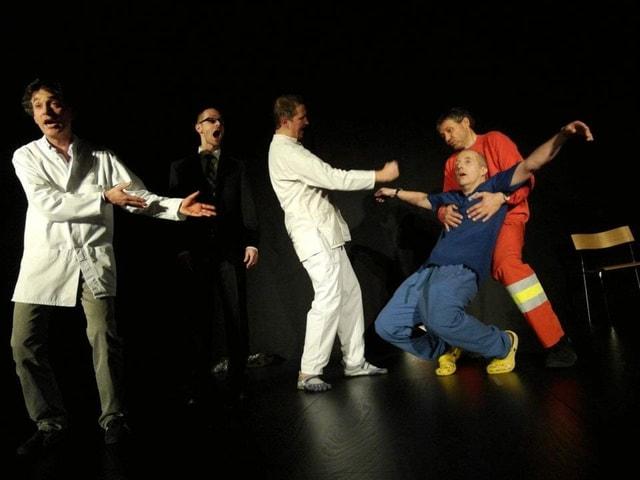 aGsang stellen eine witzige Szene dar, während der ein Sänger vermeintlich einen Herzstillstand erleidet.