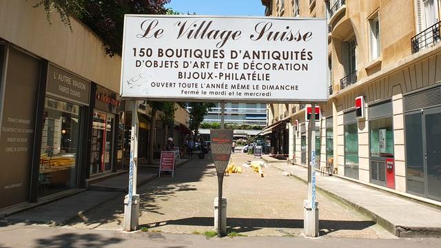 Ein Schild mit der Aufschrift «Village Suisse».