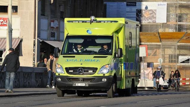 Ein gelbes Ambulanzfahrzeug auf der Mittleren Brücke.