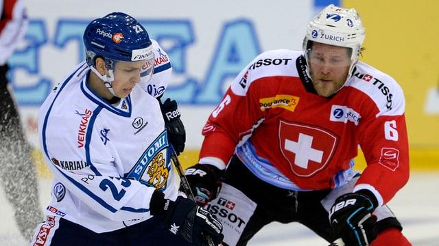 Sakari Salminen im Zweikampf mit Timo Helbling.
