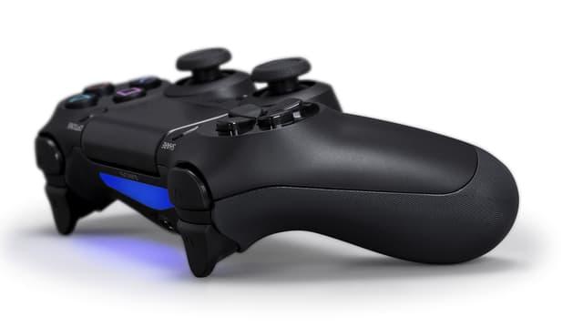Der Dualshock-4-Kontroller mit Share-Knopf, Berührungsfläche und blau leuchtendem Licht.