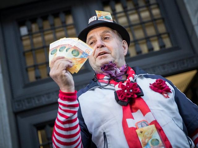 Ein Mann schmückt sich mit Zehnernoten