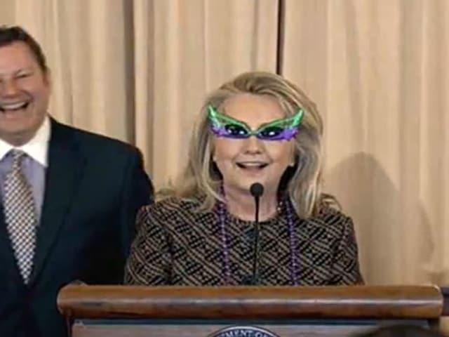 Hillary Clinton mit lustiger Brille