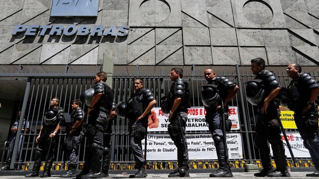 Polizisten vor Petrobras-Gebäude.