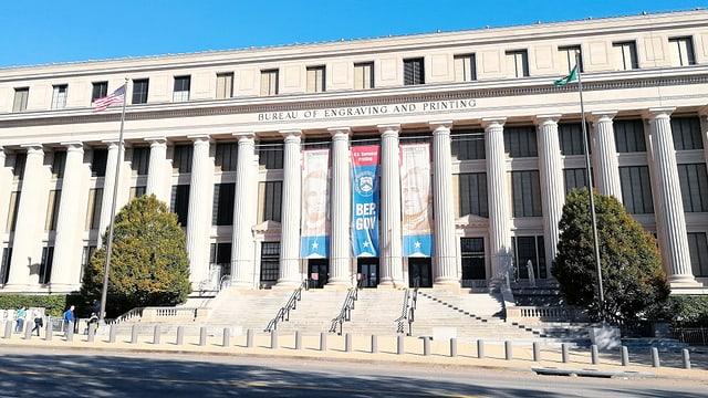 Der Eingang mit seiner hellen neoklassizistischen Kalksteinfassade und den riesigen Säulen gleicht einer Festung.