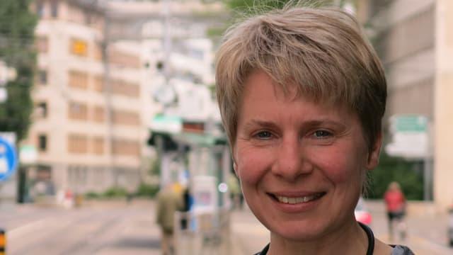 Portrait Béatrice Bowald im Hintergrund Werk Klybeck von BASF