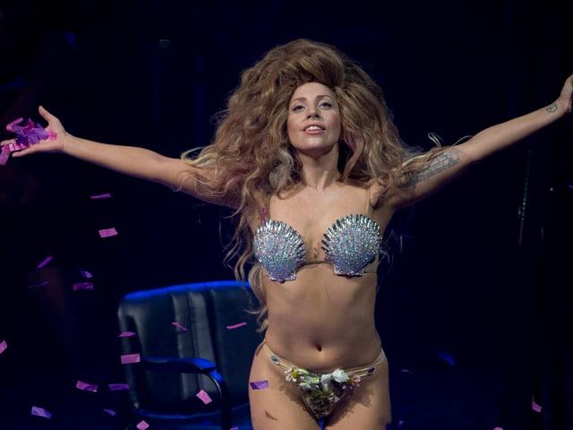 Lady Gaga mit einem Muschel BH