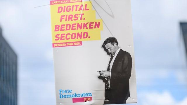 Wahlplakat. Darauf steht: Digital first. Bedenken second.