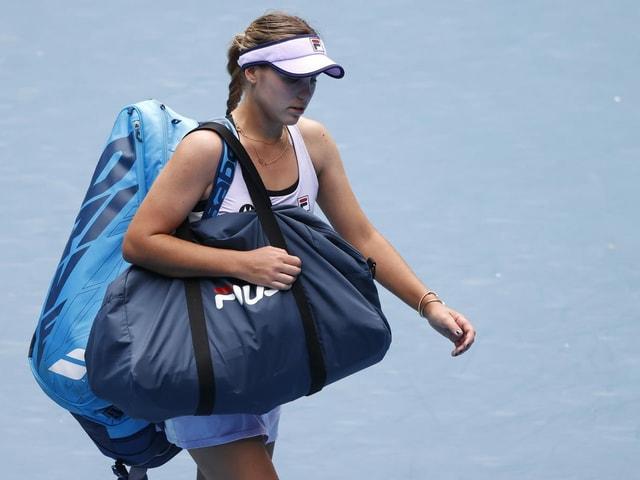 Sofia Kenin verlässt mit Tennistaschen den Court.