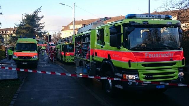 Mehrere Feuerwehrautos.