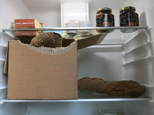 Brot, Scheibenkäse, Salatsauce - immer wieder was anderes liegt im Kühlschrank