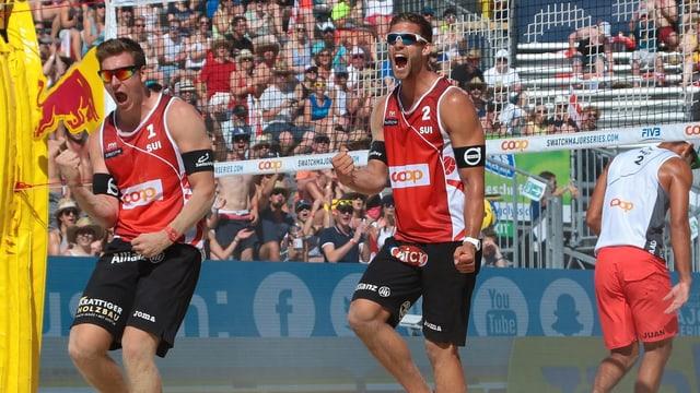 Die beiden Spieler jubelnd auf dem Beachvolley-Feld