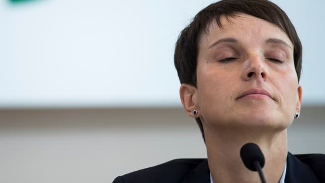 Frauke Petry hinter Mikrofon mit geschlossenen Augen.