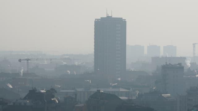 Blick auf Mailand im Nebel.