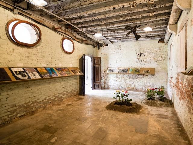 Blick in einen einfach Raum, darin finden sich diverse Gegenstände.