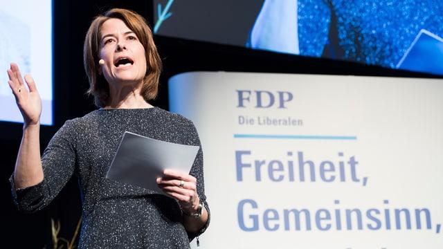 Petra Gössi vor FDP-Plakat.
