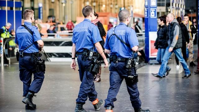Bewaffnete Polizisten patrouillieren am Hauptbahnhof Zürich.