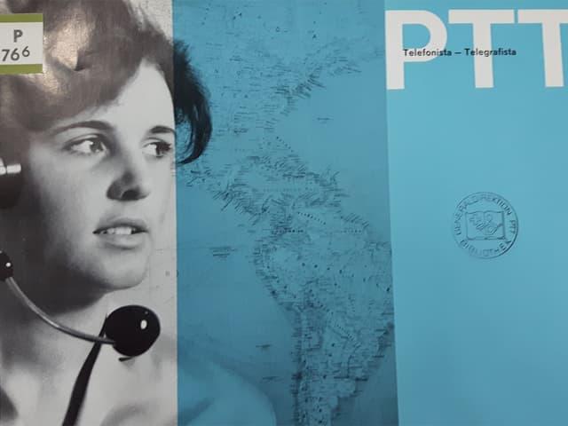 Eine Telefonistin neben einer Weltkarte.