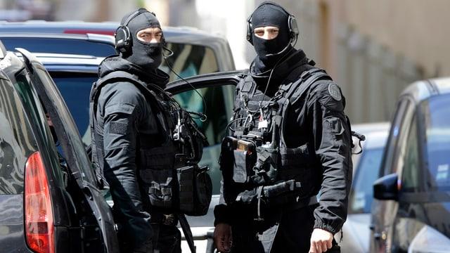 Zwei vermummte und bewafnete Polizisten.