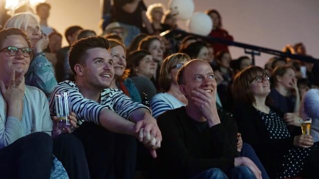 Totale des Publikums im Basler Stadtkino mit vielen lachenden Gesichtern.