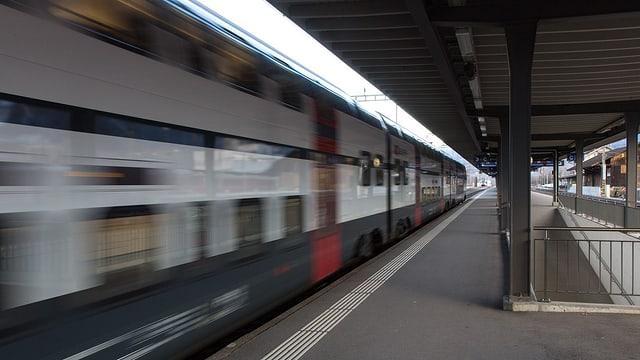 Tren en la staziun da Landquart.